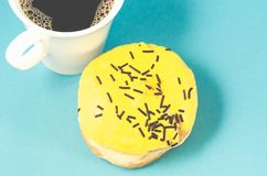 doughnut en coffe kop op blauwe die achtergrond wordt/doughnut en coffe kop op blauwe achtergrond wordt ge?soleerd ge?soleerd die royalty-vrije stock foto