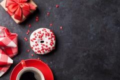 Doughnut, koffie en giftdoos stock afbeeldingen