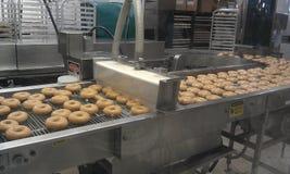 Doughnut makend proces Stock Fotografie