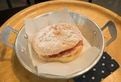 Doughnut met aardbei stock fotografie