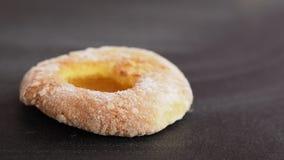 Doughnut met abrikozenjam op een zwarte achtergrond stock foto's