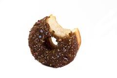 Doughnut met beet die over wit wordt genomen royalty-vrije stock afbeeldingen