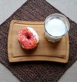 Doughnut met glas melk Stock Fotografie