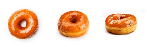Doughnut met karamel wordt, op witte achtergrond wordt geïsoleerd verglaasd die Mening vanuit drie verschillende invalshoeken stock fotografie
