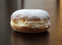 Doughnut met poedersuiker tegen donkere achtergrond Royalty-vrije Stock Fotografie