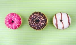 Doughnut met suikerglazuur wordt behandeld dat royalty-vrije stock afbeeldingen