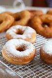 Doughnut met suikerglazuursuiker Stock Foto's