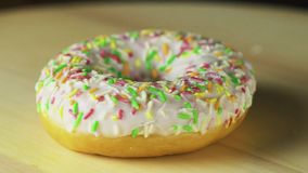 Doughnut op de lijst videoomwenteling stock videobeelden