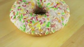 Doughnut op de lijst videoomwenteling stock video