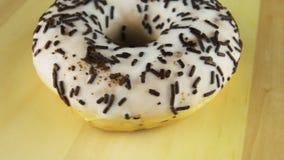 Doughnut op de lijst videoomwenteling stock footage