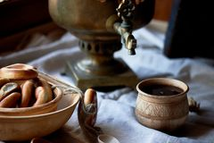 Doughnut op een koord Traditionele Russische gebakjes Samovar en thee in een oude kleimok royalty-vrije stock afbeelding