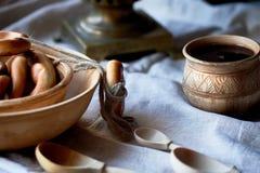 Doughnut op een koord Traditionele Russische gebakjes Samovar en thee in een oude kleimok royalty-vrije stock afbeeldingen