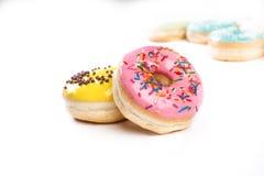 Doughnut op een witte achtergrond wordt geïsoleerd die stock foto