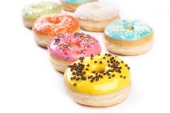 Doughnut op een witte achtergrond wordt geïsoleerd die stock foto's