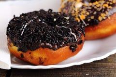 Doughnut op een witte plaat Royalty-vrije Stock Afbeeldingen
