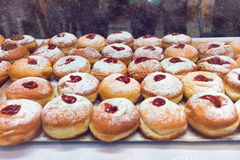 Doughnut sufganiyot για τον εορτασμό Hanukkah στο κατάστημα αρτοποιείων Στοκ φωτογραφία με δικαίωμα ελεύθερης χρήσης