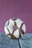 Doughnut tegen lilac achtergrond stock foto's