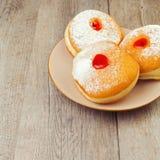 Doughnut voor Joodse vakantiechanoeka op plaat op houten achtergrond Stock Foto's