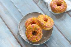 Doughnuts με το ζωηρόχρωμο πάγωμα Στοκ εικόνα με δικαίωμα ελεύθερης χρήσης