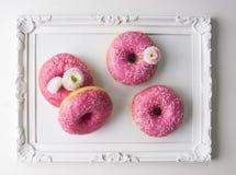 Ρόδινα Doughnuts και λουλούδια Στοκ εικόνα με δικαίωμα ελεύθερης χρήσης