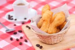 Doughsticks fritti in grasso bollente tailandesi con caffè di mattina Immagini Stock Libere da Diritti