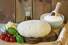 Dought för italiensk pizzaförberedelse Fotografering för Bildbyråer