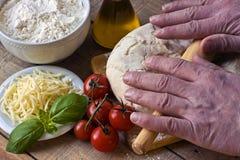 Dought för italiensk pizzaförberedelse Arkivbilder