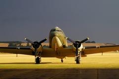 Douglas DC-3 sur la piste Images stock