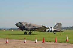Douglas DC-3 sur la voie de vol Photos libres de droits