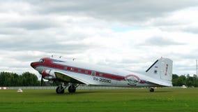 Douglas DC-3, das auf Flugplatz mit einem Taxi fährt stock video footage