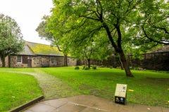 Douglas Gardens mit 'Mythos- und der Morde Informationsstand in Stirling Castle, Schottland lizenzfreies stockbild