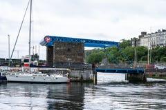 Douglas Harbour is samengesteld uit de Buitenhaven en de BinnendieHaven door de Bascule Brug en Flapgate wordt gescheiden royalty-vrije stock afbeeldingen