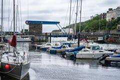 Douglas Harbour is samengesteld uit de Buitenhaven en de BinnendieHaven door de Bascule Brug en Flapgate wordt gescheiden royalty-vrije stock foto's