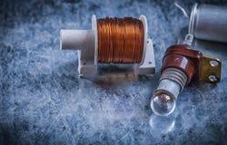 Douille de lampe électrique de transformateur de commutateur de condensateur sur m rayé Images stock