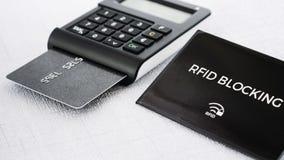Douille de protection de RFID pour la carte de crédit sûre d'entailler, générateur BRONZAGE avec la carte sur la position de comp Images libres de droits