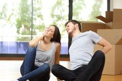 Douleur à la maison mobile de couples fatigués Image stock