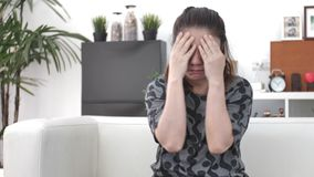 Douleur asiatique de sensation de femme sur l'oeil avec l'utilisation du t?l?phone portable ? la maison clips vidéos