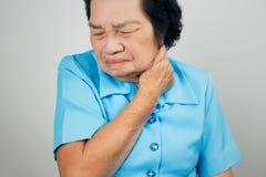 Douleur cervicale au-dessus du fond blanc Photographie stock libre de droits