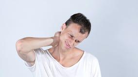 Douleur cervicale d'homme d'affaires après travail dans le temps trop long de bureau, Neckache photographie stock