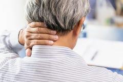 douleur cervicale de dos de vieil homme utilisant la main pour masser et frotter la couverture de main photo stock