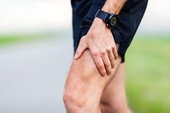 Douleur dans la jambe de coureur pendant la formation de sport Images stock