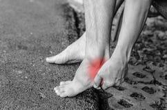 Douleur dans le pied Massage des pieds masculins Images stock