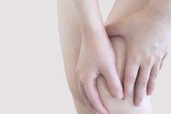 Douleur dans un genou Photographie stock libre de droits