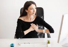 Douleur de coeur Femme ayant l'attaque de panique sur le lieu de travail photo libre de droits
