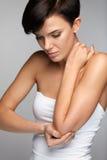 Douleur de corps Belle douleur de sentiment de femme dans les coudes, bras douloureux Photographie stock