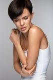 Douleur de corps Belle douleur de sentiment de femme dans les coudes, bras douloureux Photographie stock libre de droits