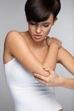 Douleur de corps Belle douleur de sentiment de femme dans les coudes, bras douloureux Photos stock