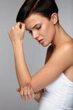 Douleur de corps Belle douleur de sentiment de femme dans les coudes, bras douloureux Photos libres de droits