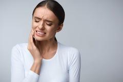 Douleur de dent Belle femme sentant la douleur forte, mal de dents photos stock