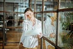 Douleur de femme d'affaires de mal de tête après jour ouvrable images stock